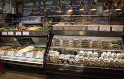 Contadores de la comida en una tienda de la tienda de delicatessen de Nueva York Fotos de archivo libres de regalías