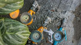 Contadores del agua coloridos del vintage en la textura de piedra concreta sucia i imágenes de archivo libres de regalías