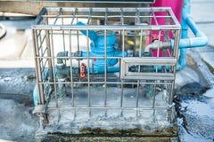 Contadores del agua en jaula imagenes de archivo