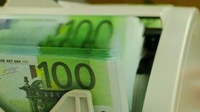 Contadores del dinero y billetes de banco 100-Euro almacen de video
