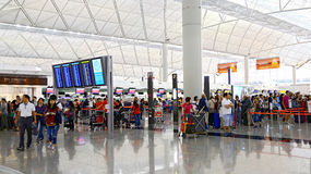 Contadores del incorporar del aeropuerto internacional de Hong-Kong Imagen de archivo libre de regalías