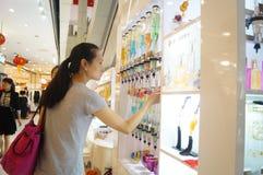 Contadores del perfume en las alamedas de compras, China imagenes de archivo