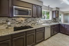 Contadores do granito desta cozinha enorme foto de stock royalty free