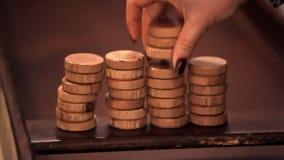 Contadores para jugar los billares holandeses La mujer los separa en una pila Contadores de madera metrajes