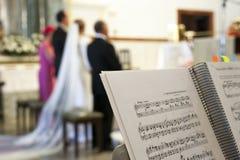 Contagem da música sobre o suporte durante a cerimônia de casamento em uma igreja imagem de stock royalty free