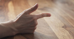 Contagem do dedo da mão do homem novo na tabela Fotografia de Stock Royalty Free