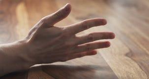 Contagem do dedo da mão do homem novo na tabela Imagens de Stock Royalty Free