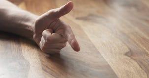 Contagem do dedo da mão do homem novo na tabela Imagem de Stock Royalty Free