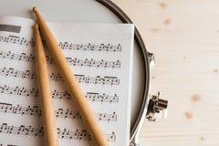 Contagem e pilões da música sobre um cilindro de cilada foto de stock