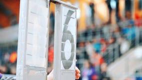 Contagem em mudança da mão humana no placar de sete a seis Resultados de fixação dos esportes vídeos de arquivo