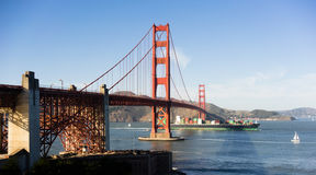 Contaiiner-Schiff Golden gate bridge San Francisco Bay California Lizenzfreie Stockfotos