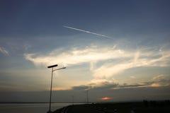 Contail auf dem Himmel am Wasserreservoir Stockfotos