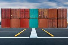 Container behandeling en opslag in scheepswerf, Zaken transportat Royalty-vrije Stock Afbeeldingen