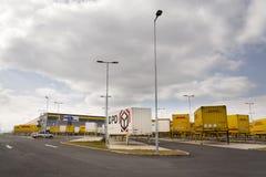 Container di DPD e di DHL davanti alla logistica di Amazon che costruisce il 12 marzo 2017 in Dobroviz, repubblica Ceca Fotografia Stock Libera da Diritti