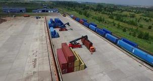Container die de Lage mening van de vliegtuighelikopter van de containers van de ladingstrein en spoorlijnen leegmaken in industr stock videobeelden