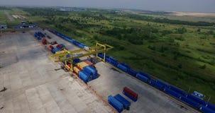 Container die de Lage mening van de vliegtuighelikopter van de containers van de ladingstrein en spoorlijnen leegmaken in industr stock video