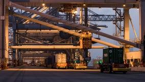 Container die eindvoertuigen en kranen verschepen Stock Foto's