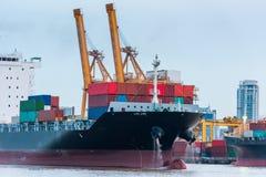 Container het verschepen en marine bij eindladingsdok, Lading royalty-vrije stock fotografie