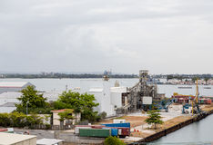 Container in Küstenproduktionsanlage Stockfotos