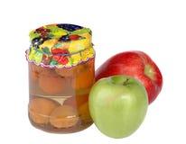 Container met abrikozencompote stock foto's