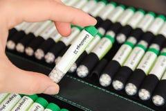 Container met homeopathische ballen Stock Afbeeldingen