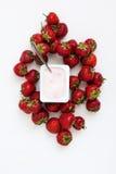 Container met yoghurt en een stapel van verse aardbeien op wit Stock Afbeelding
