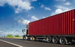 Container op de grote weg Stock Afbeelding