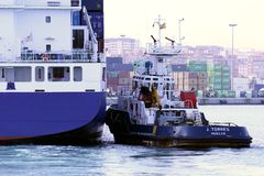 Container ship and tug Royalty Free Stock Photos