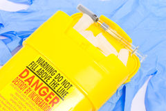 Container voor gebruikte medische spuiten Stock Fotografie