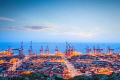 Containerbahnhof in der Dämmerung Lizenzfreie Stockfotos