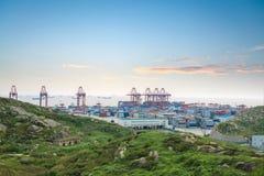 Containerbahnhof in der Dämmerung an Shanghai-Tiefseehafen Stockfotos