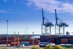 Containerbahnhof, Frachthafen Behälterladekräne Stockfotos