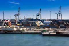 Containerbahnhof, Frachthafen Behälterladekräne Stockbilder