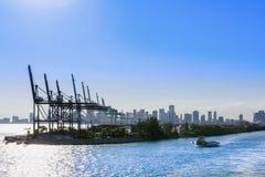 Containerbahnhof in Miami, Frachthafen in USA Behälterladekräne Lizenzfreies Stockbild