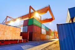 Containerbahnhof nachts lizenzfreies stockbild