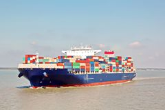 Containerbahnhof und Containerschiff auf dem Mekong, Saigon Hafen, Vietnam Ansicht der Piers und der Kräne bei Sonnenaufgang lizenzfreies stockbild