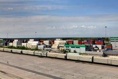Containerbahnhof und Güterzug. Lizenzfreie Stockfotografie