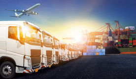 Containerfahrzeug, Schiff im Hafen und Frachttransportflugzeug im transpo Stockfotografie