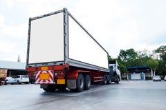 Containerfahrzeuge logistisch durch Fracht-LKW auf der Straße Leere weiße Anschlagtafel Leerstelle für Text und Bilder lizenzfreie stockfotos