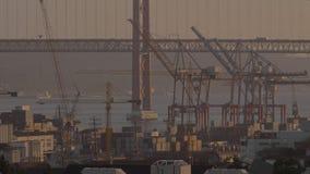 Containerhaven en autobrug stock footage