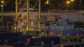 Containerhaven met werkende kraan en voertuigen stock footage