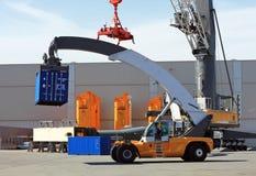 Containerlader - bereikstapelaar op het testgebied van Liebherr-Cr Stock Afbeelding
