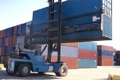 Containers bij de haven voor verzending stock afbeeldingen