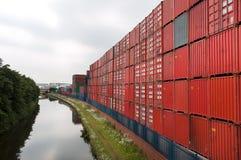Containers bij een containerhaven worden gestapeld, Trafford-Park, Manchester dat royalty-vrije stock foto