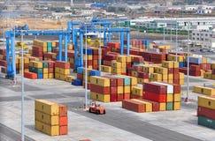 Containers bij haven stock afbeeldingen