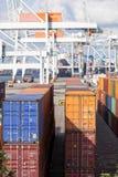Containers bij haven worden gestapeld die stock afbeelding