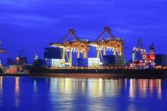 Containers die op zee handelhaven laden Royalty-vrije Stock Foto