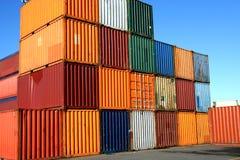 Containers die wachten worden geladen stock afbeelding
