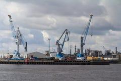Containers, dokken en kranen in de haven van Hamburg stock foto's