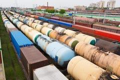 Containers en auto's bij de spoorwegpost Royalty-vrije Stock Foto's